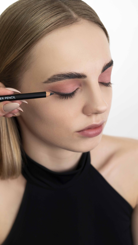 Стойким карандашом для глаз рисуем стрелку