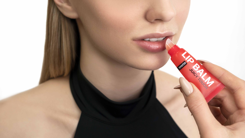 увлажняем губы для трендоавого макияжа